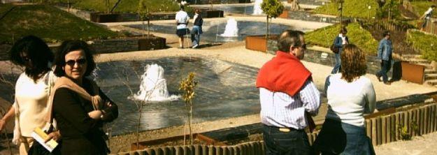 Grupo de turistas de paseo por el Jardín Botánico Atlántico de Gijón