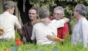 Fernando Yruela, el suegro de uno de los dos soldados muertos en Afganistán, Germán Pérez Burgos, recibe el pésame de Marín Bello, jefe del Estado Mayor de la Fuerza Terrestre.