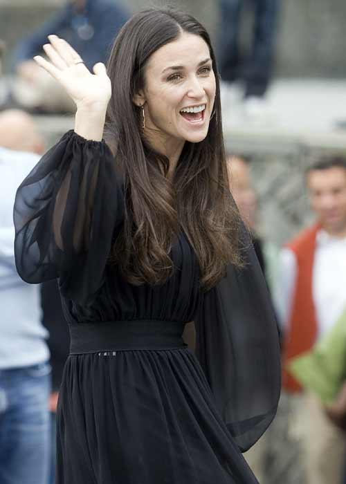 Demi Moore saluda en San Sebastián