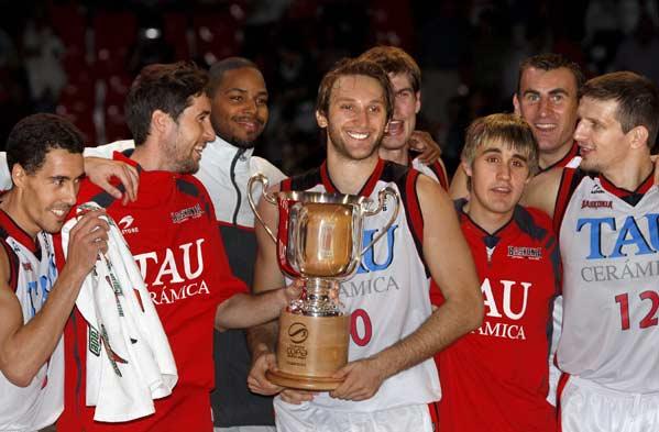 Los jugadores del TAU posan con el trofeo de la Supercopa ACB