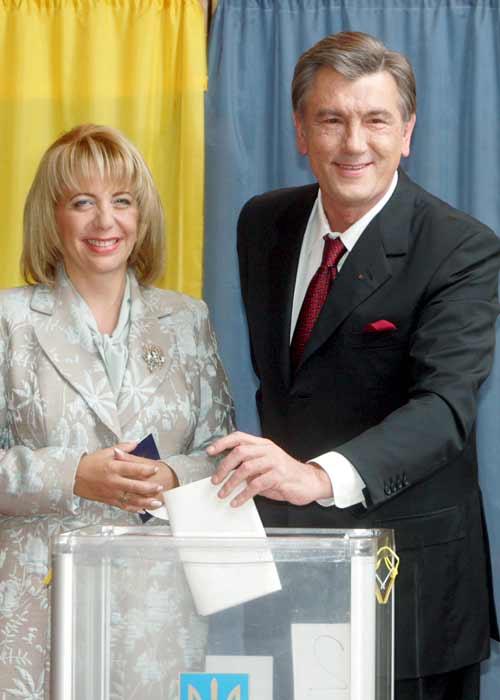 Yúschenko y su mujer votando