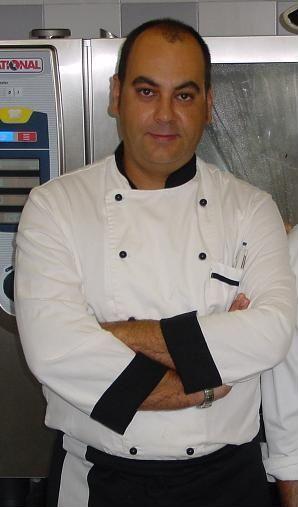 Agustín Caparrós, cocinero encargado de la preparación de la ensalada