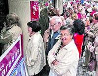 Los jubilados hacen cola para conseguir los viajes del Imserso