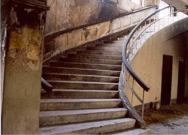 Interior de edfificio en ruinas.