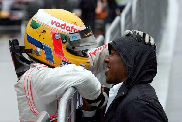 Lewis Hamilton saluda a sus padre tras vencer en el Gran Premio de Japón