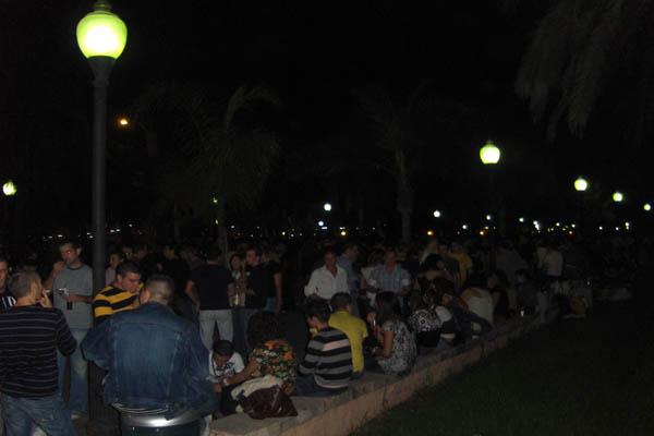 Jóvenes almerienses de botellón en el Parque Nicolás Salmerón