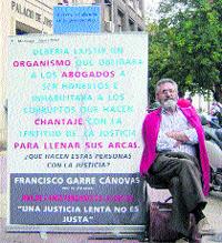Lleva siete meses sentado frente a los juzgados a la espera de una sentencia