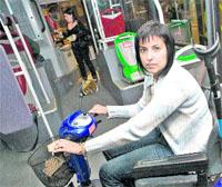 Ir en silla de ruedas en tren, bus o taxi es un vía crucis