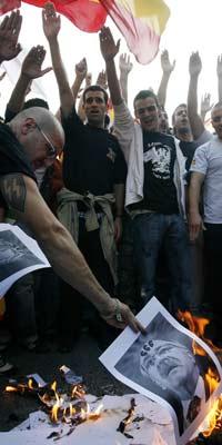 Varios manifestantes durante la quema de fotos de Carod - Rovira