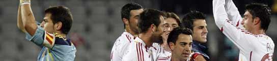 Los jugadores espa�oles saludan a los aficionados tras el encuentro