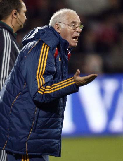 Luis Aaragonés da instrucciones durante el partido
