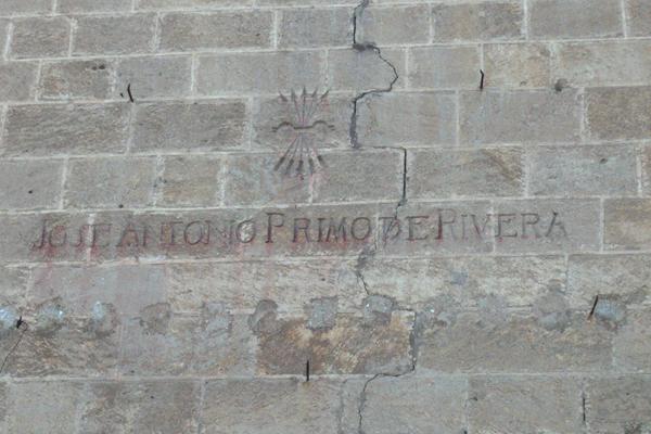 Símbolo franquista en la fachada de la Catedral de Almería