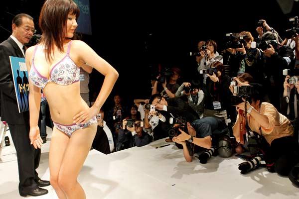 Representará a su país en las finales mundiales. Kaho Watanabe (c) posa después de ganar la fase de Japón del concurso 'Miss Trasero bonito' en Tokio, Japón. Watanabe fue votada como poseedora del trasero más bonito de Japón y representará a su país en las finales mundiales que se celebran en Alemania el próximo 31 de octubre.
