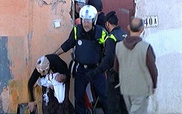 Batalla campal en poblado chabolista. Varios agentes desalojan una vivienda en Cañada Real Galiana.