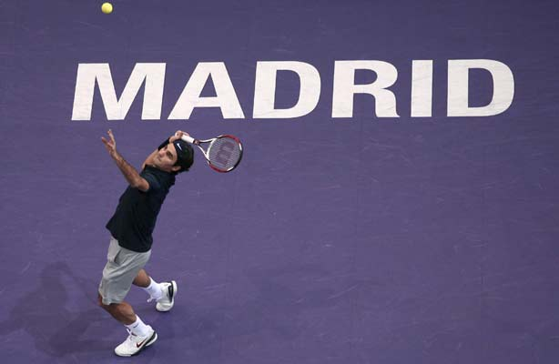 Federer saca en su partido contra Cañas