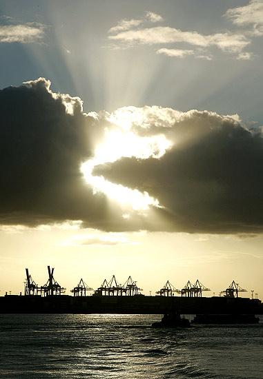 181007 Sol tras una nibe en Hamburgo, semana. Cielo abierto. El sol sobre la bahía de Hamburgo.