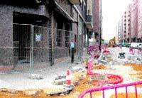 La calle Juan XXIII de Avilés lleva semanas patas arriba por obras