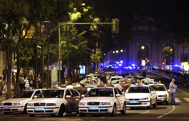 Compañeros del taxista argentino asesinado en Madrid, concentrados en señal de protesta y de solidaridad con su compañero