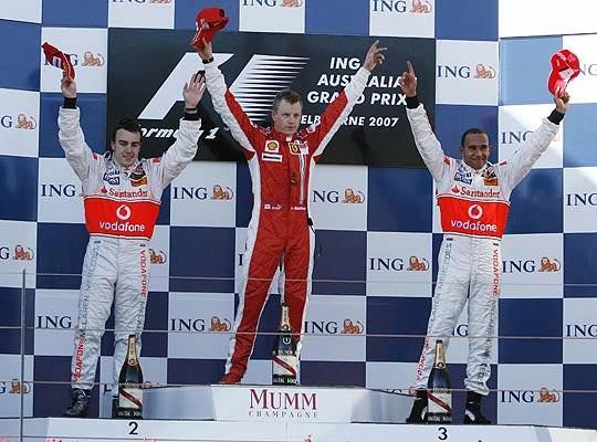 Australia. GP de Australia: la primera carrera demostró que Ferrari y McLaren estaban en otro nivel. Venció Raikkonen y Alonso y Hamilton subieron al podio. Se verían las caras en el cajón durante todo el Mundial. Ver todas las fotos.