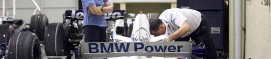 Una comisaria de la FIA supervisa a un mecánico de BMW tras la denuncia de McLaren