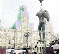 La plaza de María Pita despide las estatuas