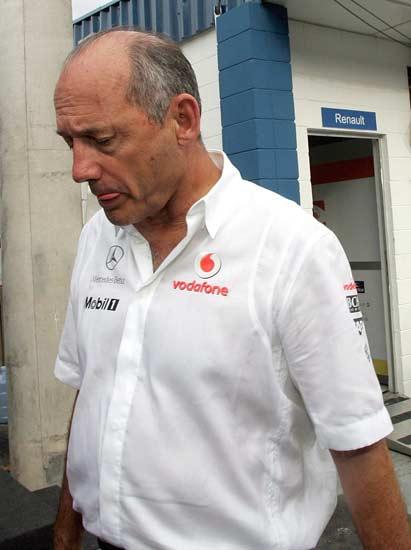 Ron Dennis, cariacontecido, abandona el circuito de Interlagos tras la carrera