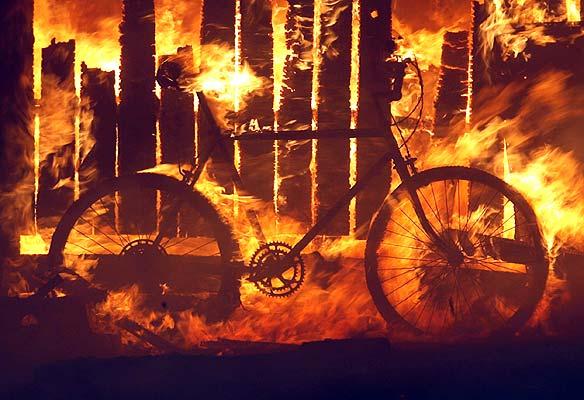 California, incendios. Infierno en California. Una bicicleta arde junto con el resto de una vivienda en el área de Rancho Santa Fe en California, donde los incendios forestales consumieron a finales de octubre grandes extensiones forestales y urbanas.    FOTOGALERÍA: California en llamas