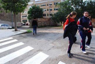 Varias estudiante delante del colegio Hermanas Mantellate, de Valencia.