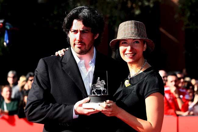 El director de cine canadiense Kason Reitman (i) y la escritora estadounidense Diablo Cody posan con el premio a la mejor película