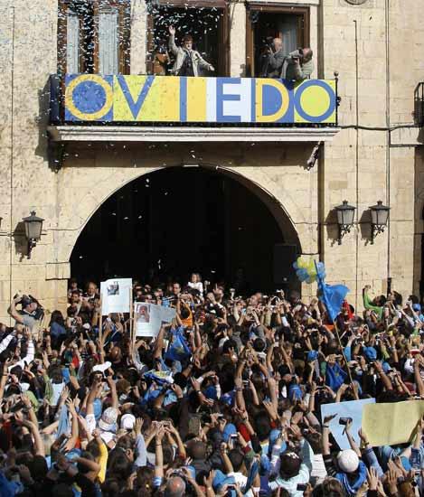 Fernando Alonso saluda desde el balcón del Ayuntamiento de Oviedo