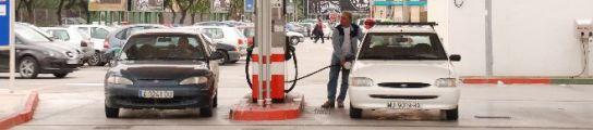 Un hombre rellena su depósito en una gasolinera. (Fernando Muñoz)