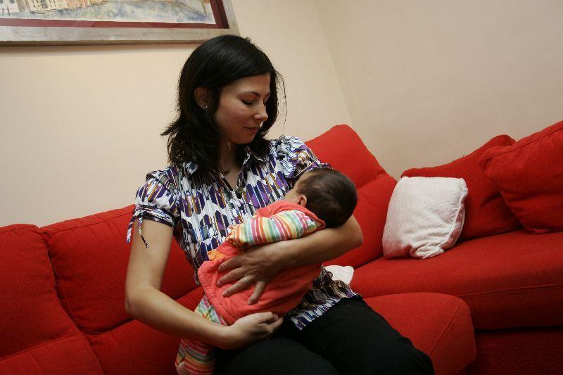 Silvia, con su niña de dos meses