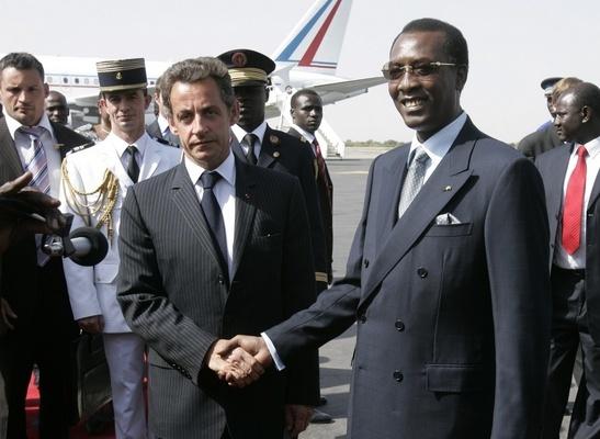 Sarkozy junto a Idriss Deby