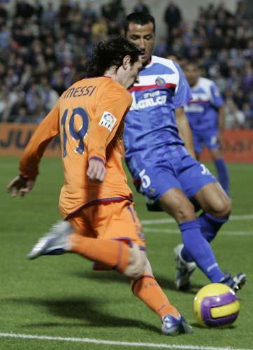 Messi ante Mario Álvarez, del Getafe