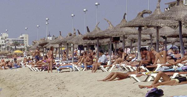 turistas en playas de mallorca.