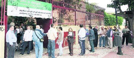 Colas de madrugada para solicitar una plaza de 'parking' en Miraflores