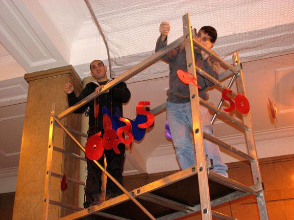 Reclusos decorando el Hospital Trueta