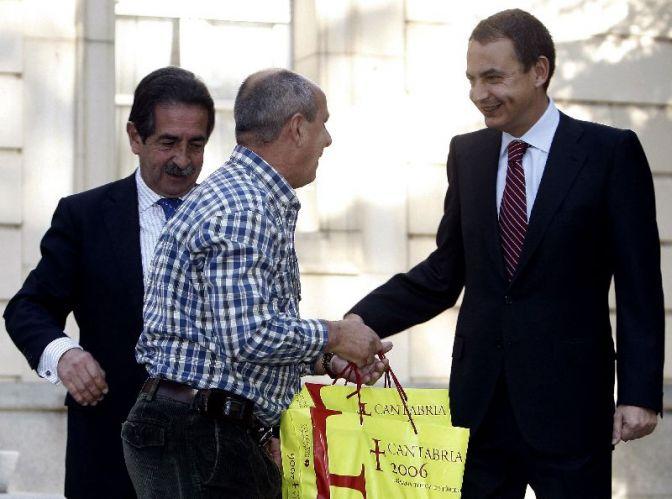 Revilla y Zapatero, junto al taxista