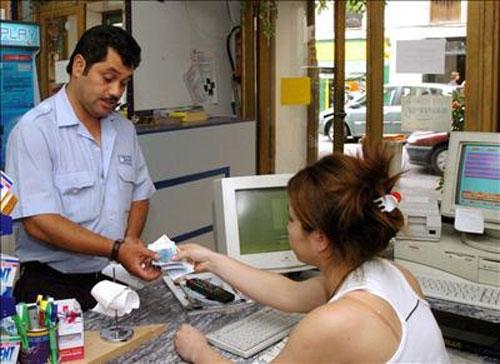 Un hombre entrega un giro postal
