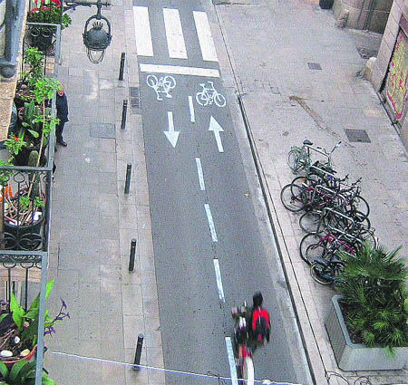 Lío en la calle Princesa al pintar un falso carril para bicis ...