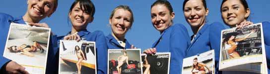 La tripulación femenina de la compañá aérea Ryanair sostiene un calendario solidario de 2008. (EFE)