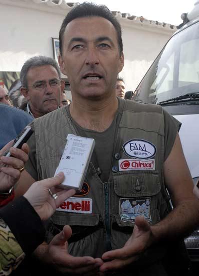 Francisco Sierra, tetracampeón de España de caza menor con perro, atiende a la prensa tras ser descalificado.