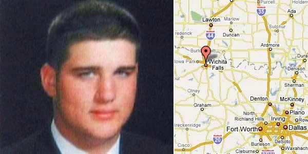 Zack Dunlap y el mapa que sitúa la localidad de Wichita Falls