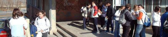 Adolescentes en la entrada del instituto, en una imagen de archivo.