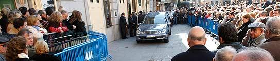 El público espera en el Teatro Español de Madrid la salida del coche fúnebre con los restos de Fernando Fernán-Gómez.