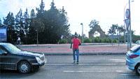 Peatones kamikaze cruzan la N-332 a diario, entre los coches y con tráfico