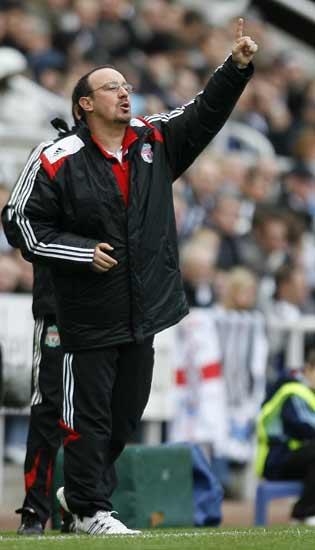 Rafa Benítez dirige al Liverpool desde la banda.