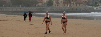 Dos bañistas en la playa San Lorenzo, en Gijón