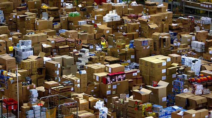 301107 Amazon, almacenes. Amazon, a tope. Almacenes de la firma en Milton Keynes, en Londres, llenos durante esta época del año.