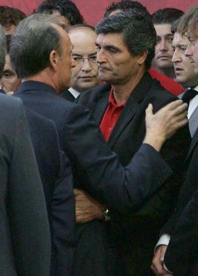 Ruiz de Lopera saluda a Juande Ramos en el funeral de Antonio Puerta